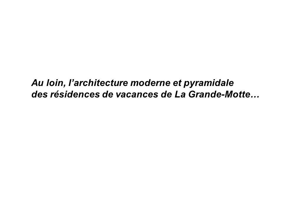 Au loin, larchitecture moderne et pyramidale des résidences de vacances de La Grande-Motte…