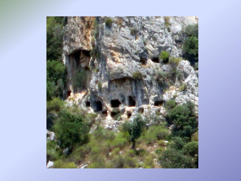 On distingue deux types de tombes creusées dans la roche à Dalyan: -Le groupe des tombes dépouillées, constituées de simples trous creusés dans la partie basse de la falaise -le groupe des tombes élaborées creusées et sculptées plus en hauteur sur la falaise.