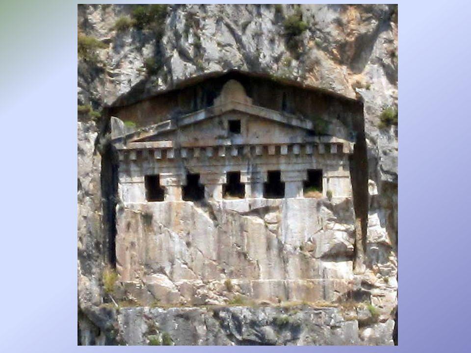 La plupart des tombes ont 2 ou plusieurs colonnes en façade.