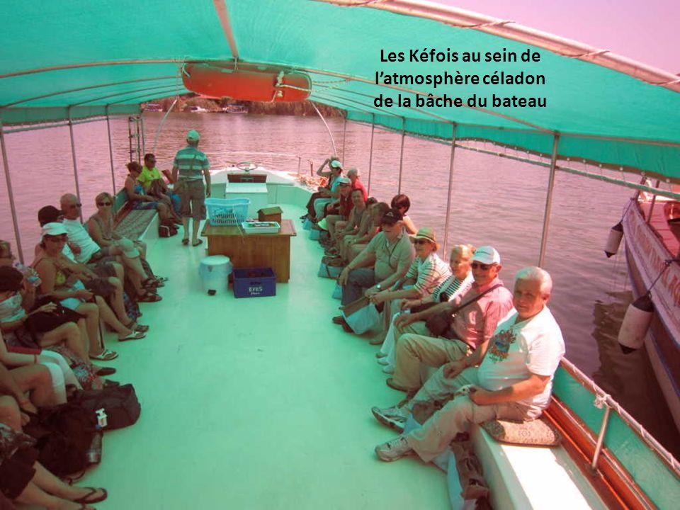 Les Kéfois au sein de latmosphère céladon de la bâche du bateau