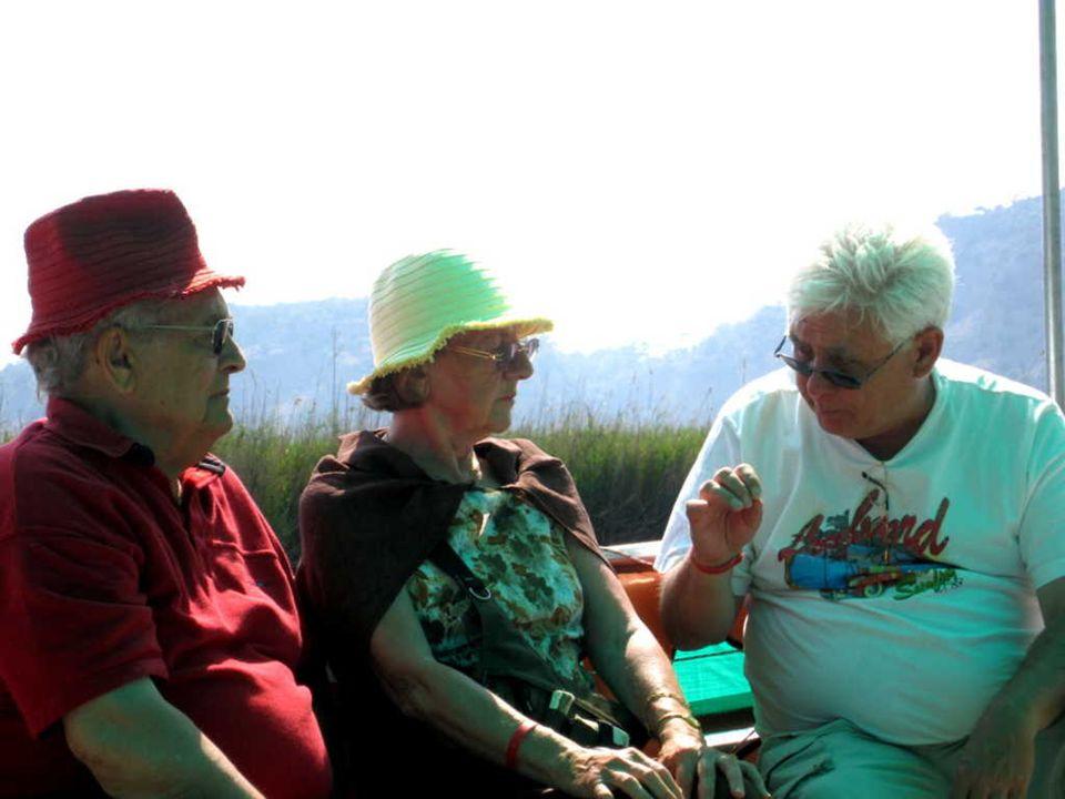 Janine et Christian avec leur acquisition du matin : les chapeaux en papier