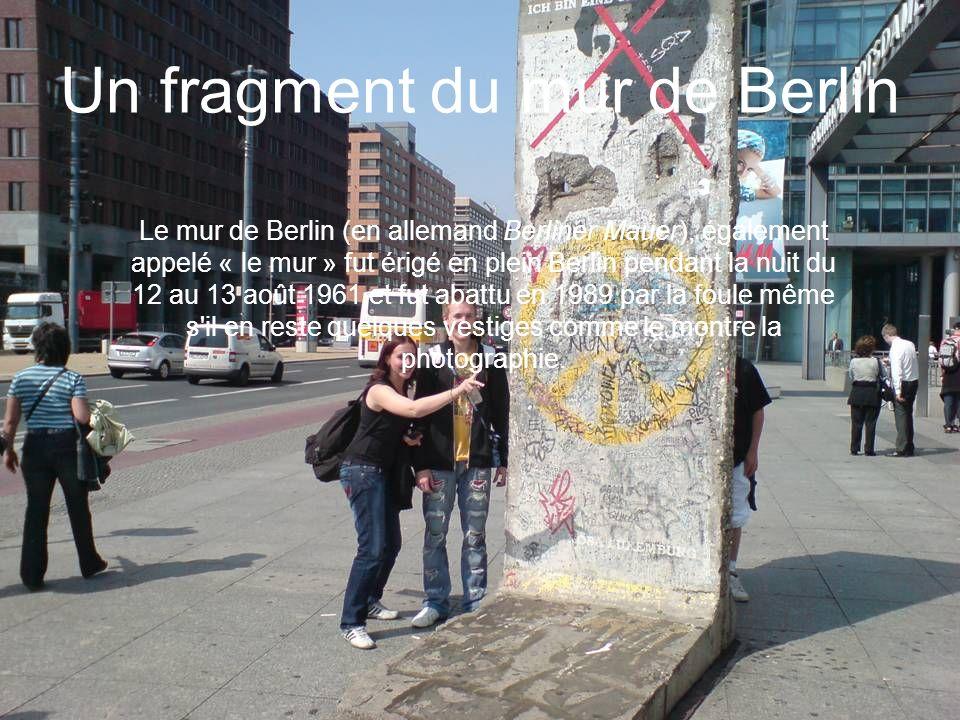 Un fragment du mur de Berlin Le mur de Berlin (en allemand Berliner Mauer), également appelé « le mur » fut érigé en plein Berlin pendant la nuit du 1