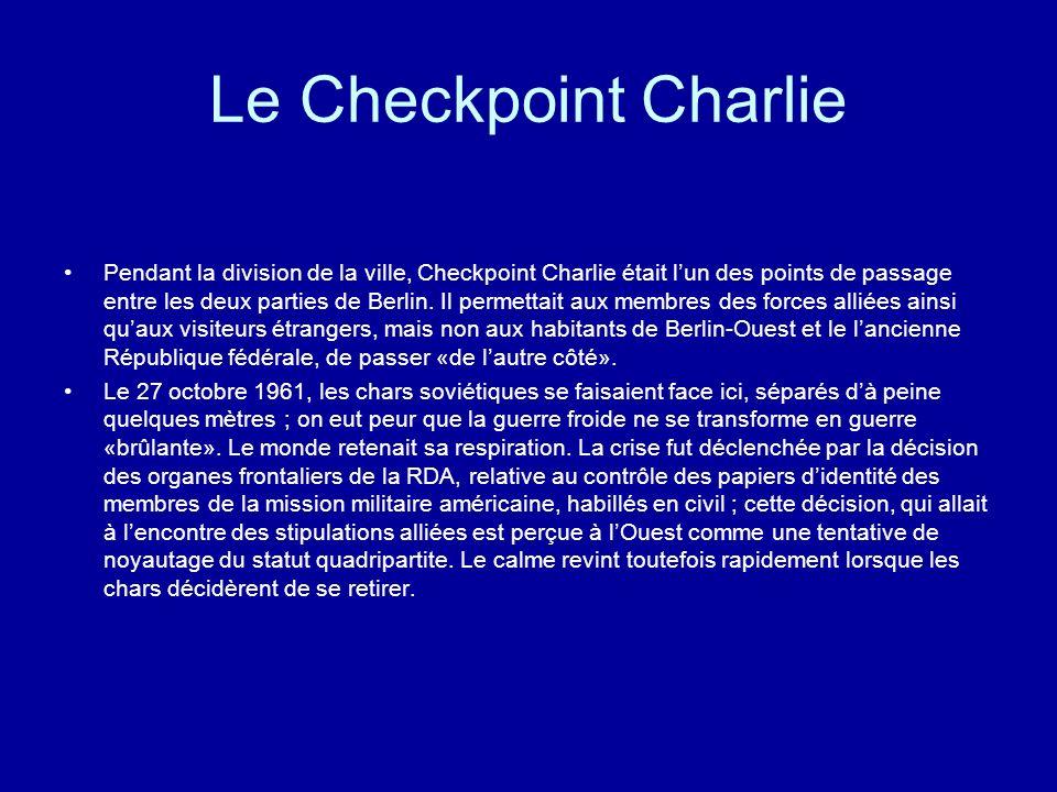 Le Checkpoint Charlie Pendant la division de la ville, Checkpoint Charlie était lun des points de passage entre les deux parties de Berlin. Il permett