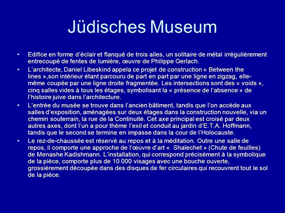Jüdisches Museum Edifice en forme déclair et flanqué de trois ailes, un solitaire de métal irrégulièrement entrecoupé de fentes de lumière, œuvre de P