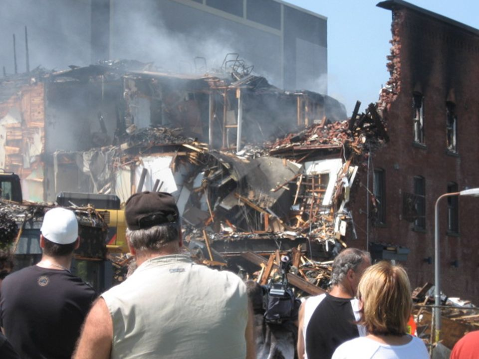 Démolition de limmeuble communément appelé La Plaza King au centre ville de Sherbrooke Suite a un feu majeur tôt le matin du 12 juillet 2009 Québec,Canada Déroulement auto