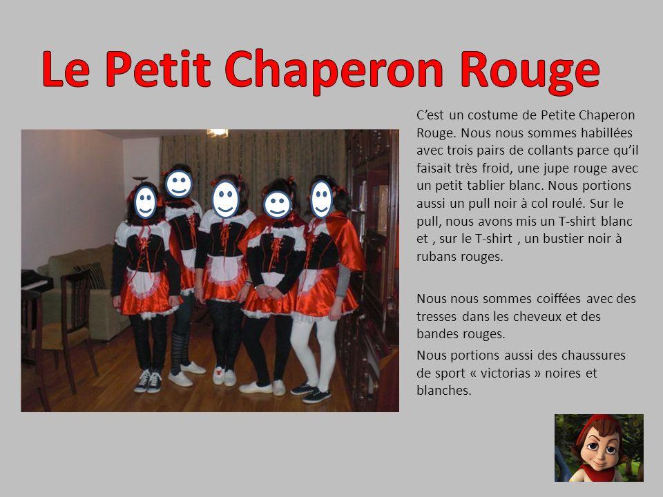 Cest un costume de Petite Chaperon Rouge. Nous nous sommes habillées avec trois pairs de collants parce quil faisait très froid, une jupe rouge avec u