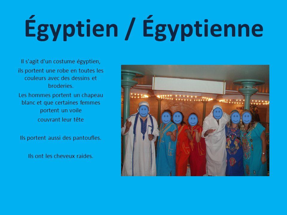 Il s'agit d'un costume égyptien, ils portent une robe en toutes les couleurs avec des dessins et broderies. Les hommes portent un chapeau blanc et que