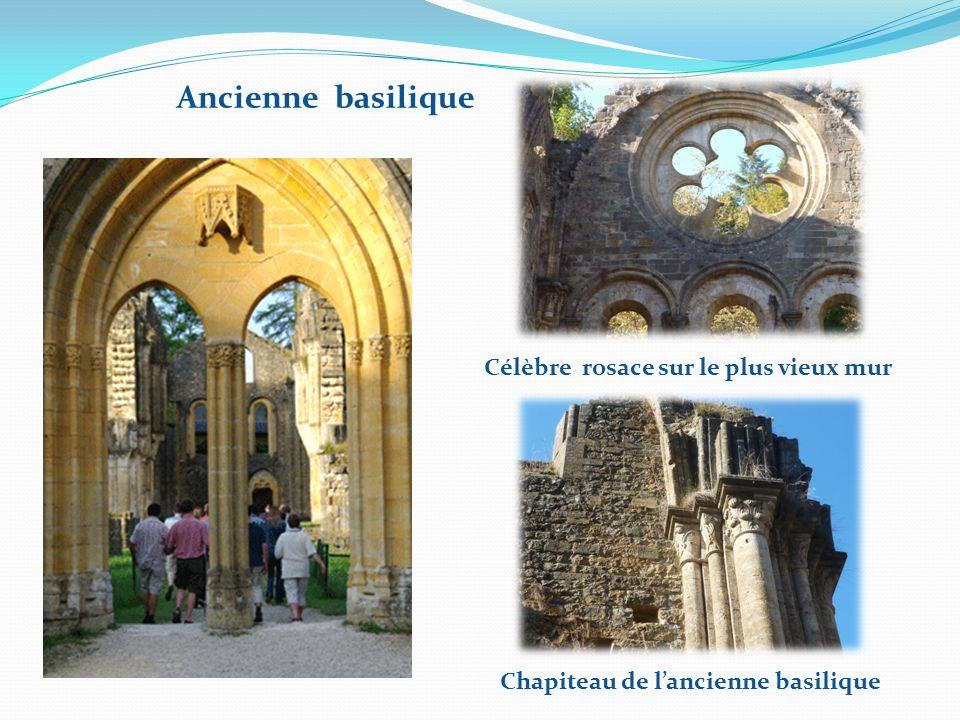 Ruines de lancienne abbaye et la tour de la basilique