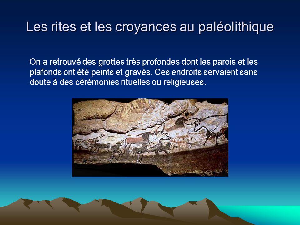 Les rites et les croyances au paléolithique On a retrouvé des grottes très profondes dont les parois et les plafonds ont été peints et gravés. Ces end