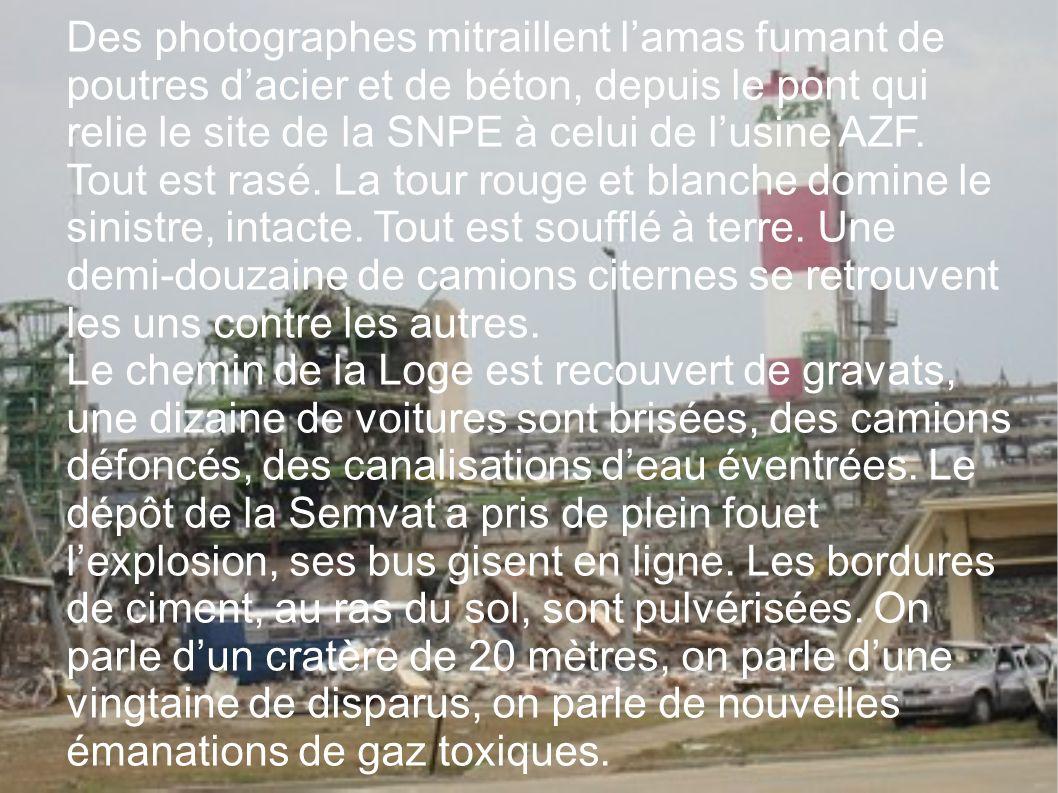 Des photographes mitraillent lamas fumant de poutres dacier et de béton, depuis le pont qui relie le site de la SNPE à celui de lusine AZF. Tout est r