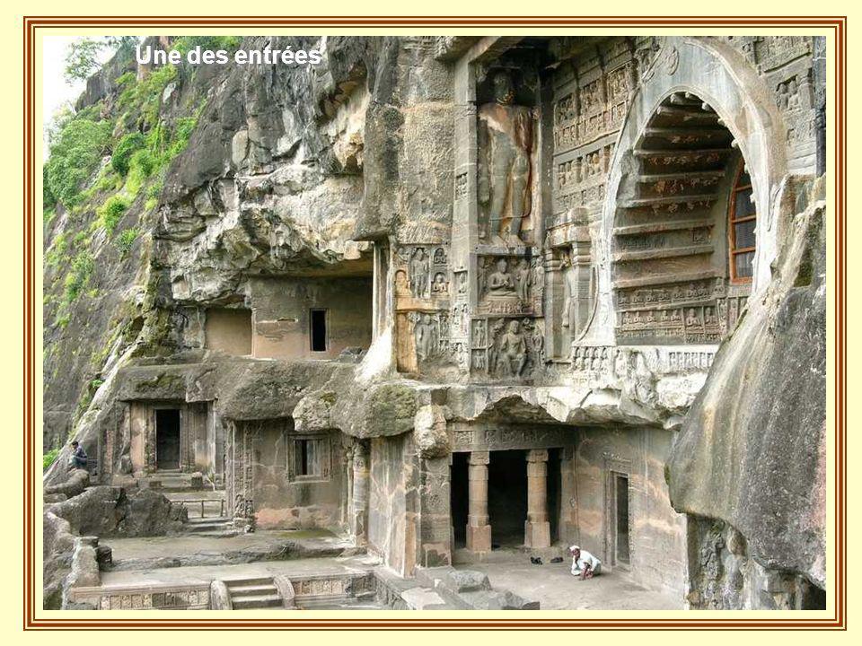 32 cavernes creusées dans la roche
