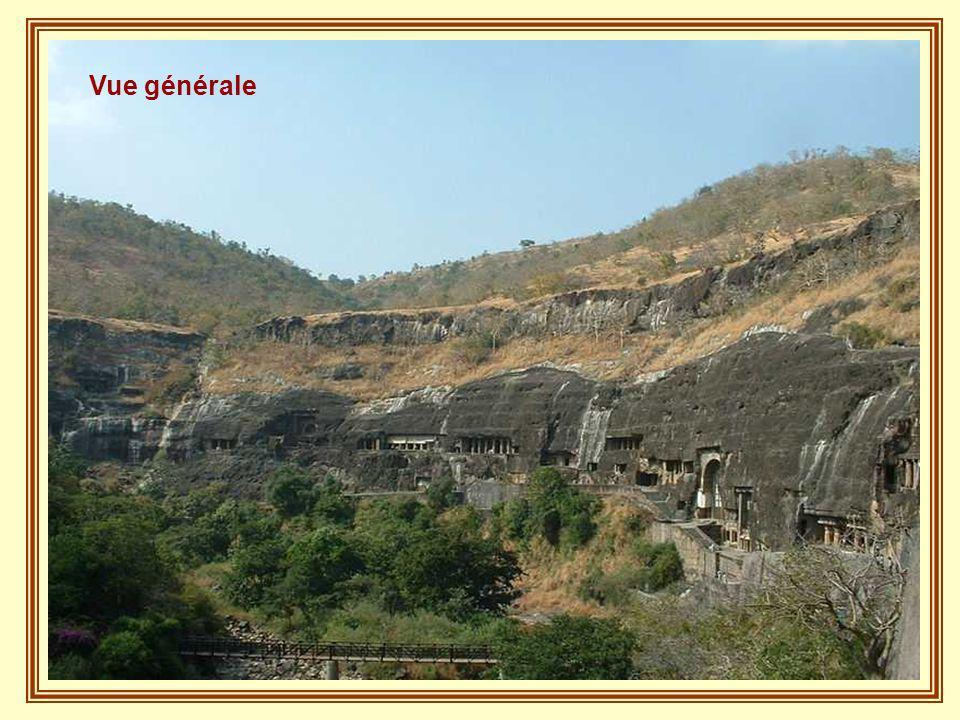 A un peu plus de 2 h de l'ancienne ville de Aurangabad se trouvent les célèbres cavernes d'Ajanta : trente deux grottes qui ne sont pas toutes naturel