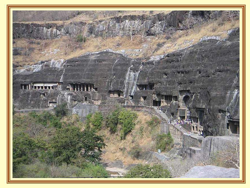 La caverne la plus ancienne remonte à 2 siècles avant JC. Parmi elles se trouve Viharas avec monastères, de grandes et petites chambres qui conduisaie