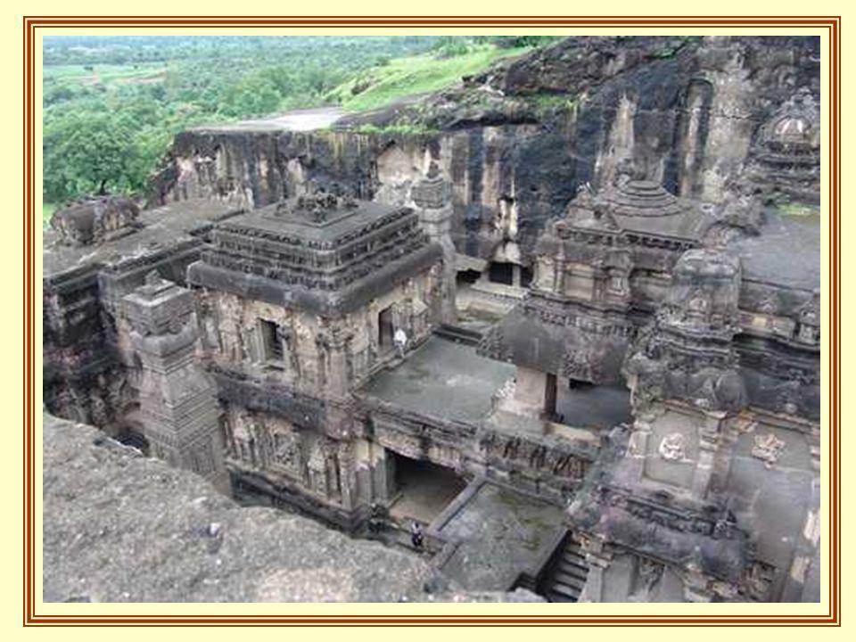 . Le reste des cavernes est constitué par des temples semblables aux cathédrales chrétiennes avec des plafonds décorés de faisceaux en bois qui se cro