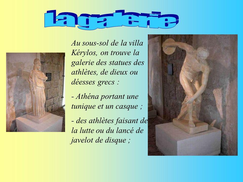 Dans la villa Kérylos sont exposées des statues de centaures, de héros grecs, de dieux et déesses et de satyres en bronze.