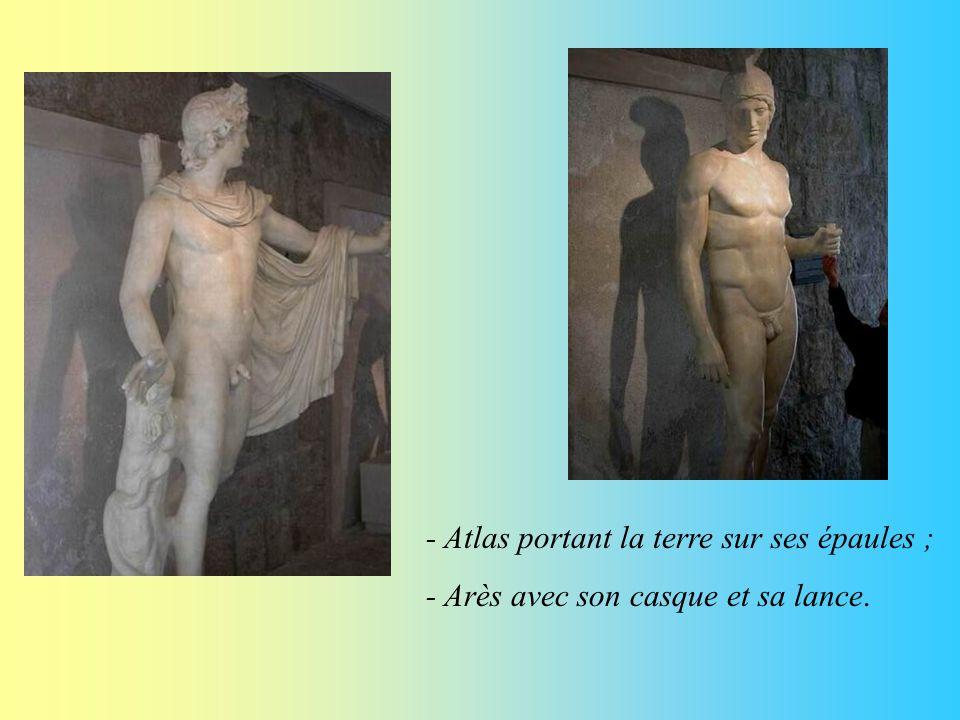 Au sous-sol de la villa Kérylos, on trouve la galerie des statues des athlètes, de dieux ou déesses grecs : - Athéna portant une tunique et un casque ; - des athlètes faisant de la lutte ou du lancé de javelot de disque ;