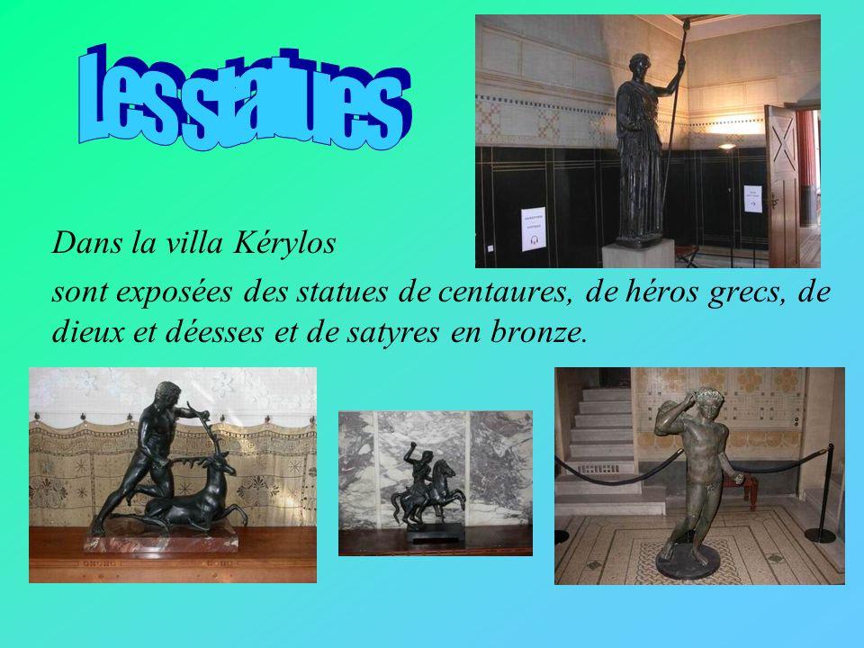 Dans la villa Kérylos sont exposés des vases où sont dessinées des scènes de la mythologie grecque : - Jason et la Toison dor, - Hercule et le lion de Némée ; - Hercule aux escaliers des enfers,
