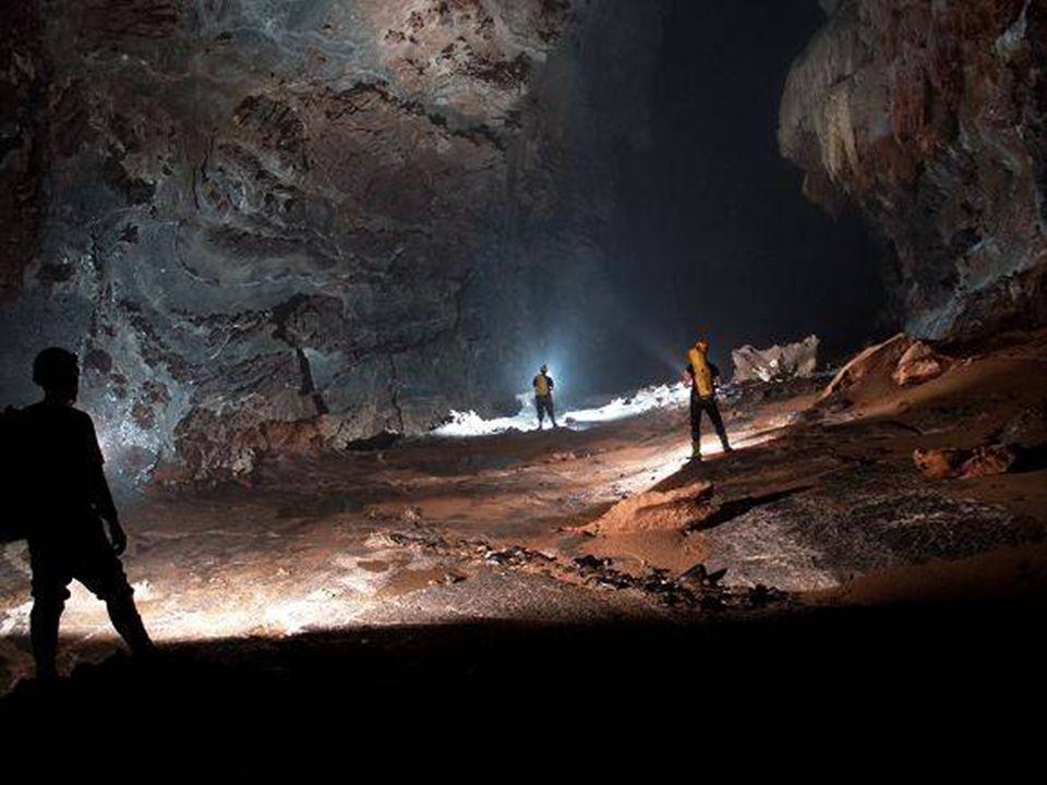 Hang Fils Doong, dans le parc national du Vietnam Phong Nha - Ke Bang, a été découverte par Ho Khanh en 1991. Toutefois, ce nest qu'en 2009, que Howar