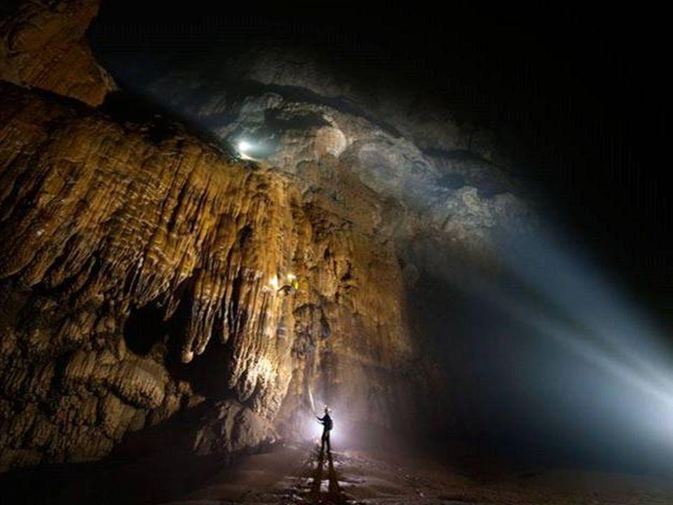 Après 6 km dexploration, le chemin est barré par une gigantesque roche de calcite qui a été baptisée «La Grande Muraille du Vietnam».