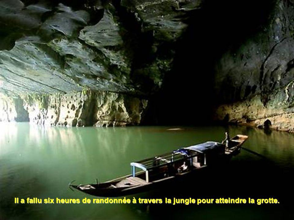 Il a fallu six heures de randonnée à travers la jungle pour atteindre la grotte.