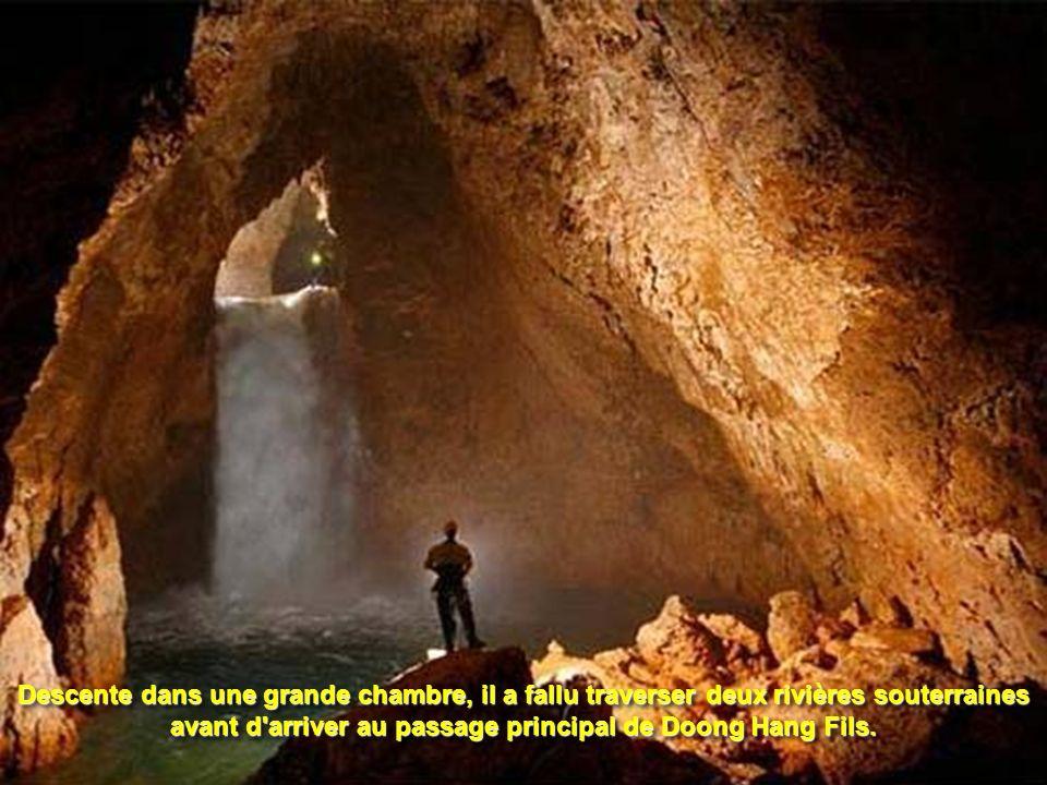 Descente dans une grande chambre, il a fallu traverser deux rivières souterraines avant d arriver au passage principal de Doong Hang Fils.