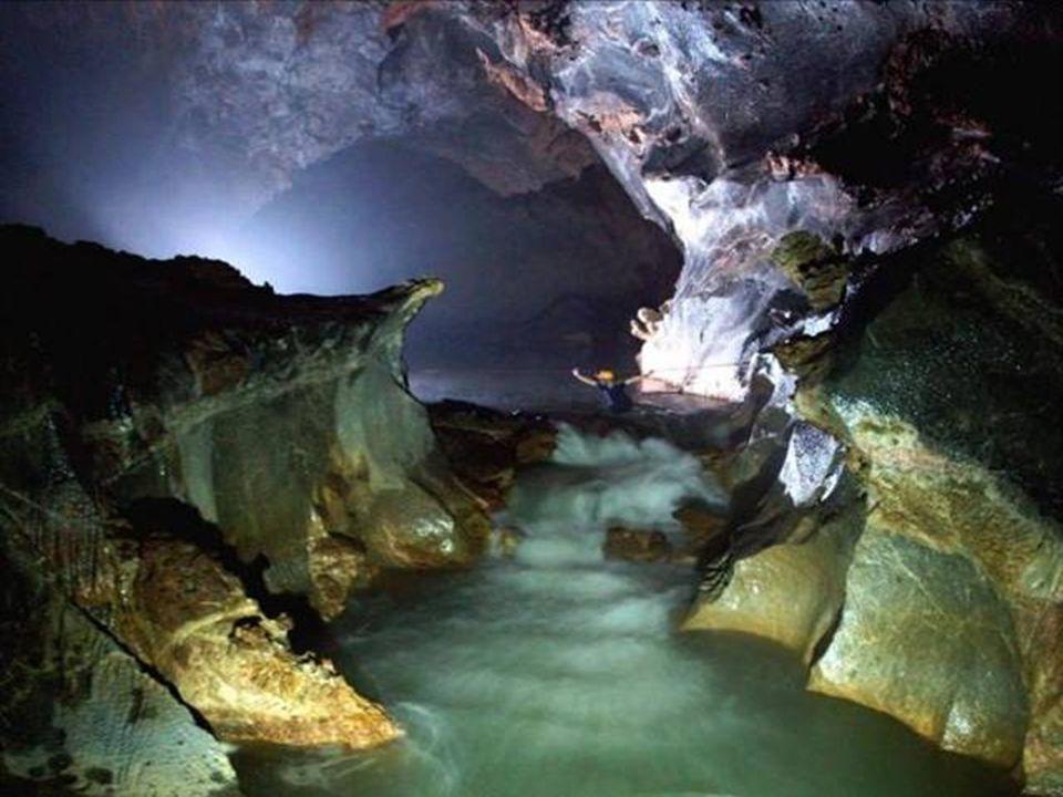 Descente dans une grande chambre, il a fallu traverser deux rivières souterraines avant d'arriver au passage principal de Doong Hang Fils.