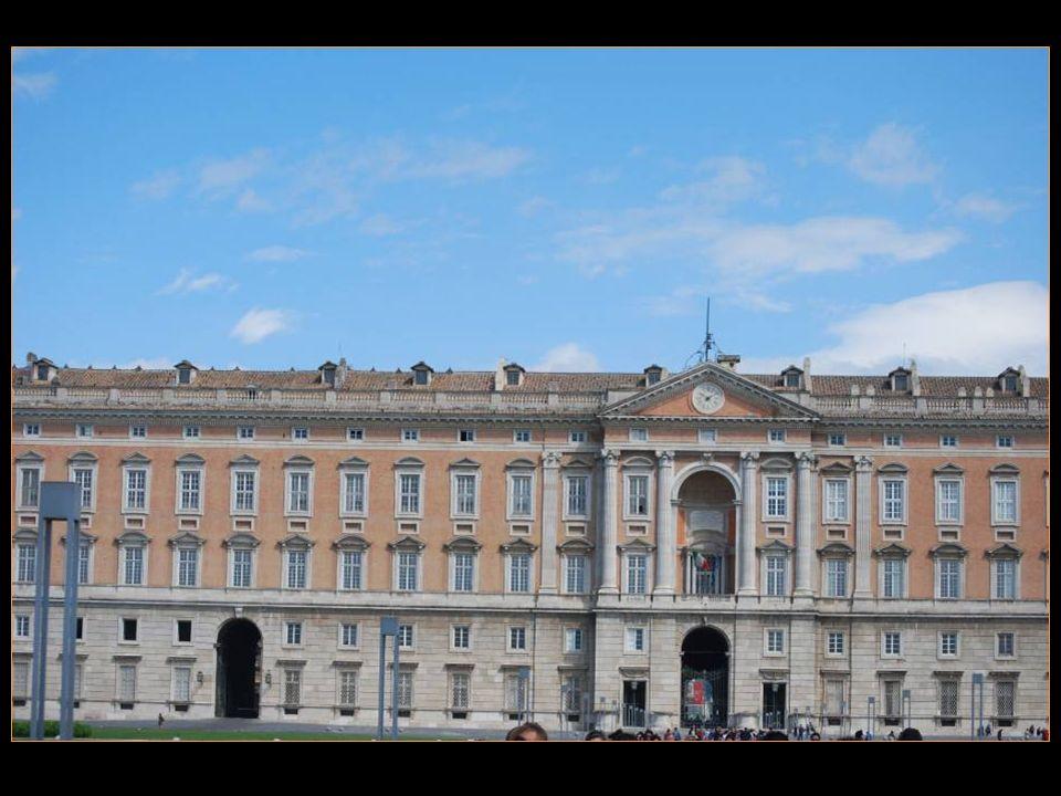 Le roi ChaRLES Arrière-petit-fils De Louis XIV le roi Soleil Voulut la construction Dun nouveau palais royal Aussi ou plus beau que Celui de Versailles