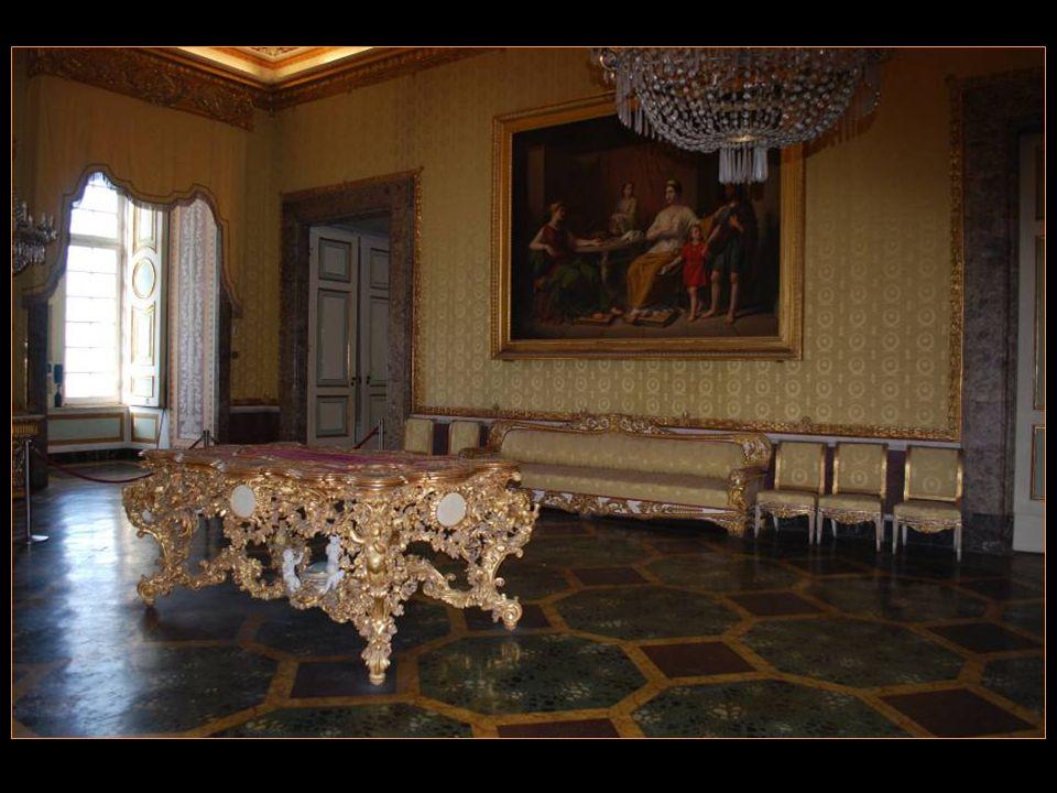 Avec toujours de belles Choses comme : Les plafonds Les tableaux Le mobilier