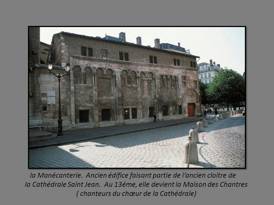 dans le quartier Saint Jean, les maisons ont des éléments Renaissance, fresques, escaliers à vis, cours avec loggias sur croisées d ogives