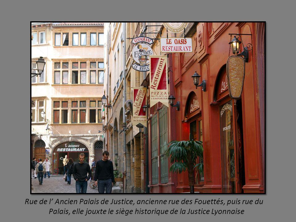 au fil des rues, façades médiévales et Renaissance colorées ponctuées de terrasses accueillantes.