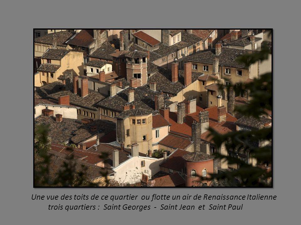 LE VIEUX LYON Ballade dans les ruelles du Vieux Lyon, classé au Patrimoine Mondial de l Humanité par l Unesco. Au pied de la colline de Fourvière dans