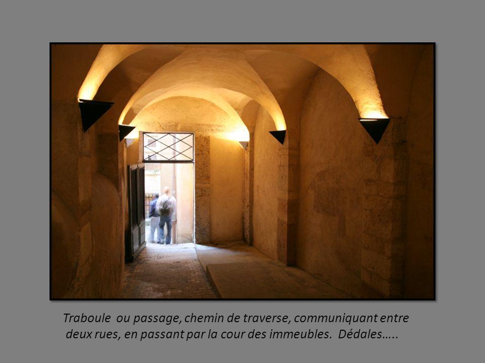 Cathédrale Saint Jean depuis 1079, au titre de Primatiale des Gaules à lintérieur : imposante horloge astronomique