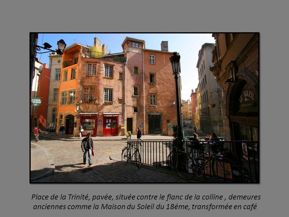 Plafonds, cours intérieures, galeries à l Italienne, puits, escaliers à vis constituent larchitecture du Vieux Lyon