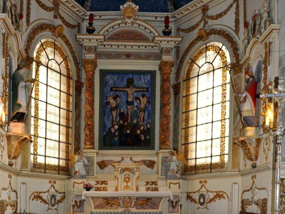 Voilà les médaillons qui sont au bas de ce prestigieux autel. Vous avez ainsi la vue complète de ce travail d'artiste.