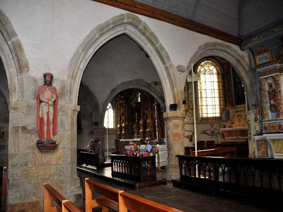 Cette église, sous des dehors rudes, abrite, dans un contraste baroque, non seulement le retable de bois le plus spectaculaire de toute la Bretagne, q