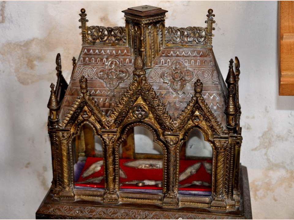 Dans le Trésor, cet ostensoir en argent doré, un reliquaire en argent repoussé.