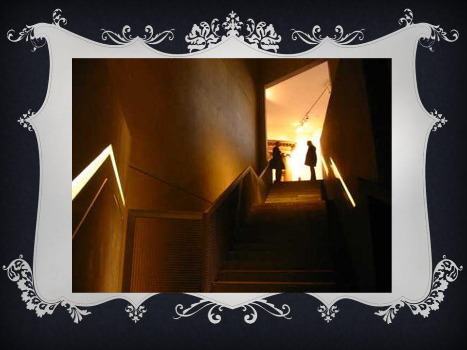 La circulation entre les deux bâtiments se fait par un souterrain auquel on accède par un escalier noir.