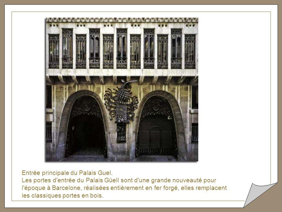 Dans le toit-terrasse du Palais Güell, ce fonctionnaire a fait intervenir lors des travaux de restauration, des artistes contemporains détruisant l'oe