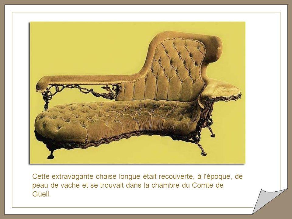 Coiffeuse Güell ce meuble surréaliste se trouve dans la chambre de Madame Güell. La légèreté du mouvement des pieds nous fait penser à un jeune fauve.