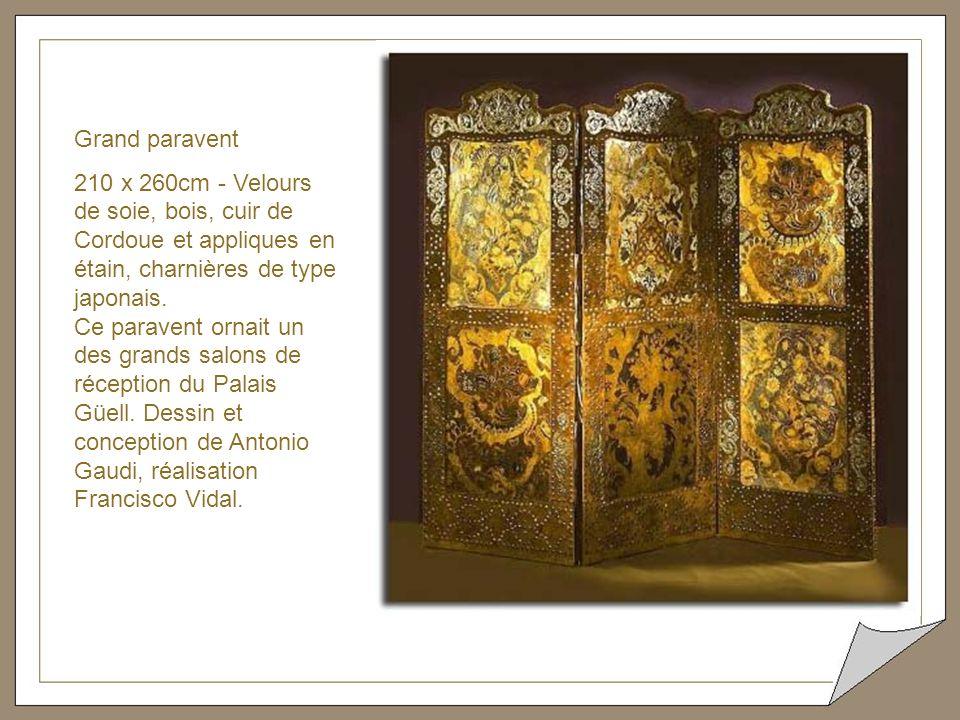 Sofa trois places acajou, bronze et cuirs de Cordoue Le dessin du sofa n'est pas de Gaudi.