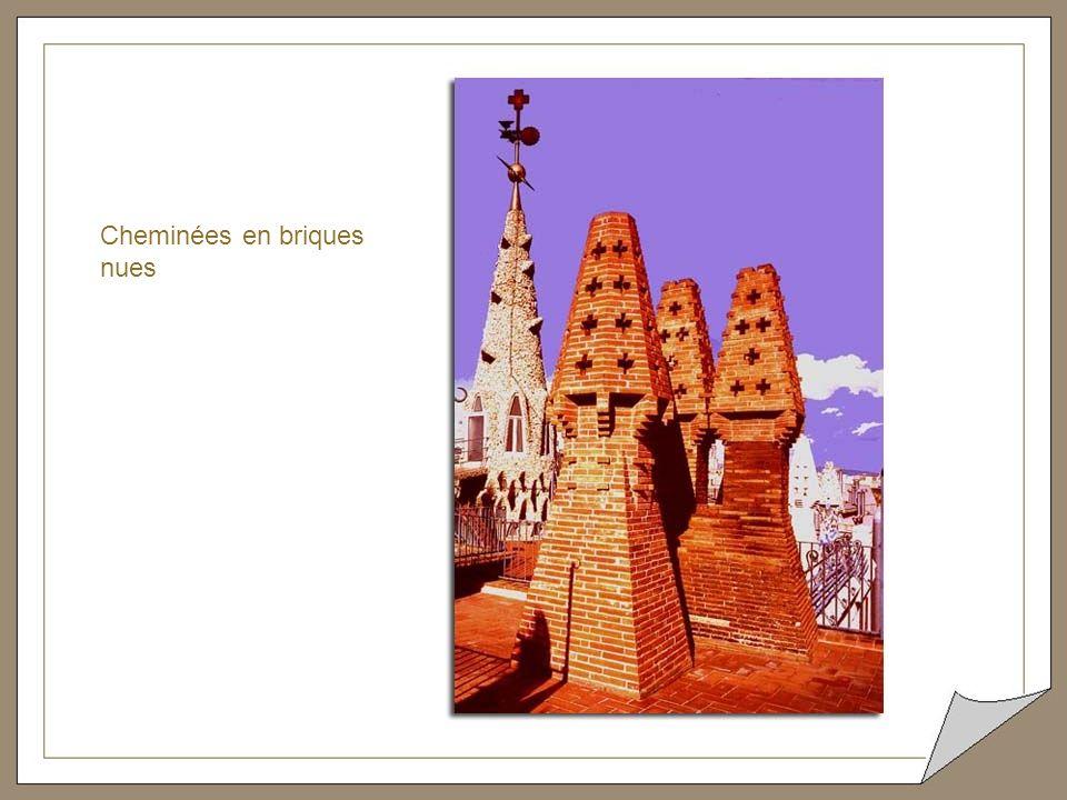 Cheminées. Céramiques cassées. Gaudí a su utiliser la céramique tant dans les parties structurelles comme dans la décoration de ses bâtiments. D'une p