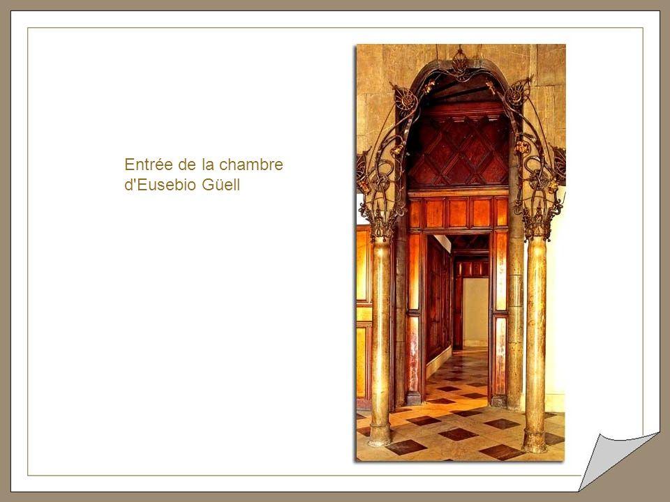 Détail d'une porte d'entrée du Palais Güell
