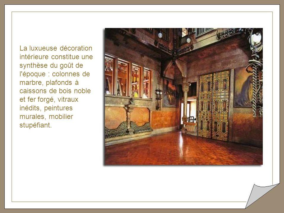 La luxueuse décoration intérieure constitue une synthèse du goût de l époque : colonnes de marbre, plafonds à caissons de bois noble et fer forgé, vitraux inédits, peintures murales, mobilier stupéfiant.