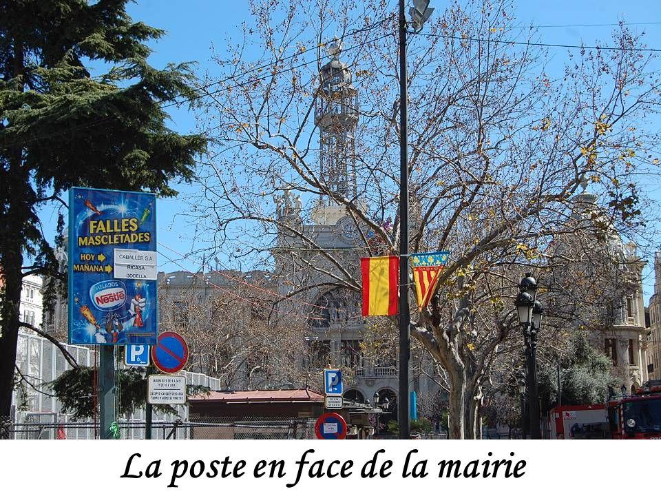 La place de la Mairie (officiellement en valencien Plaça de l'Ajuntament) est la plus grande place de Valence, située en plein centre de la ville. Ell