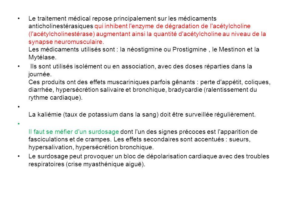 Le traitement médical repose principalement sur les médicaments anticholinestérasiques qui inhibent l'enzyme de dégradation de l'acétylcholine (l'acét