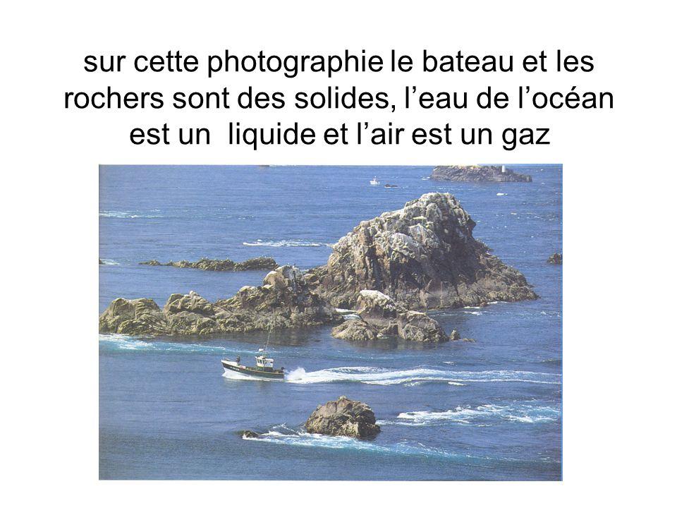 sur cette photographie le bateau et les rochers sont des solides, leau de locéan est un liquide et lair est un gaz