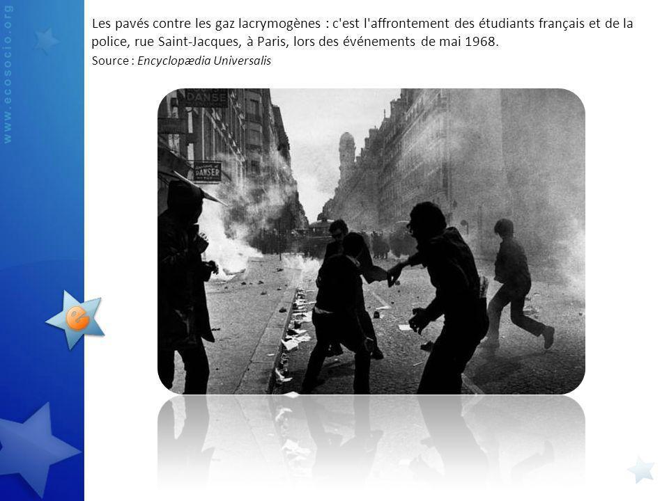Les pavés contre les gaz lacrymogènes : c'est l'affrontement des étudiants français et de la police, rue Saint-Jacques, à Paris, lors des événements d