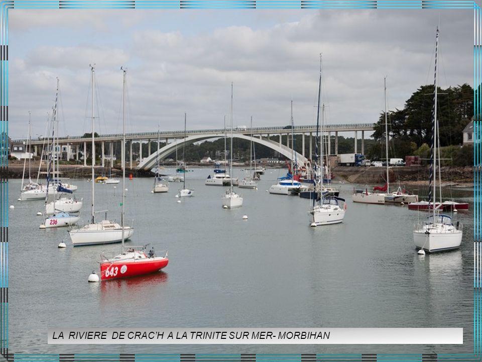 La rivière dEtel, ou ria dEtel est un petit fleuve côtier du Morbihan qui coule dans un aber (ou ria), cest-à-dire que sa vallée profonde est envahie par la mer à marée montante.
