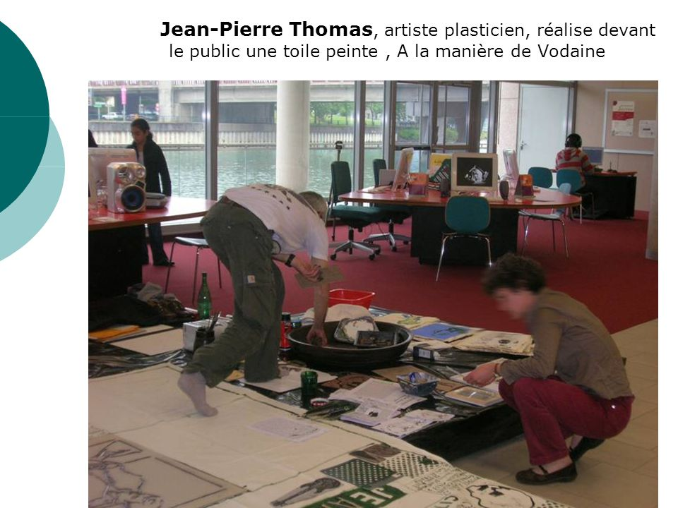 Jean-Pierre Thomas, artiste plasticien, réalise devant le public une toile peinte, A la manière de Vodaine