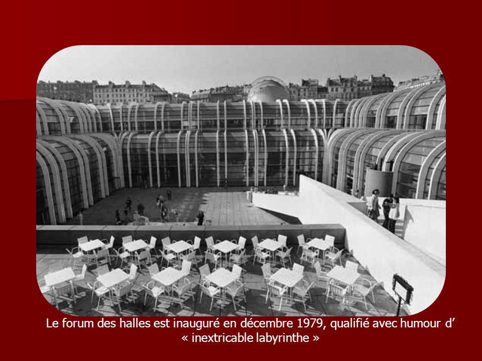 Le forum des halles est inauguré en décembre 1979, qualifié avec humour d « inextricable labyrinthe »